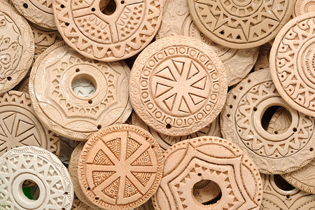Gioielli di perline etniche di argilla fatti a mano Perline etniche celtiche europee europee in macro di argilla. Sfondo di gioielli fatti a mano. foto Immagine Archivio Fotografico