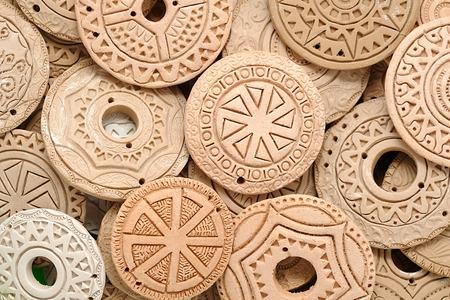Handgemachte ethnische Tonperlen Schmuck Europäische Europäische Keltische ethnische Perlen in Makro aus Ton. Handgemachter Schmuckhintergrund. Foto Bild Standard-Bild