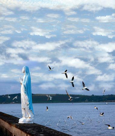 virgen maria: estatua de la Virgen Mar�a con las gaviotas Foto de archivo