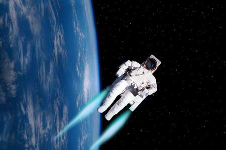 zero gravity: un semplice sfondo della terra nuvoloso come viste da un uomo dello spazio dal nostro universo fluttuante nello spazio con l'aiuto di uno zaino a razzo Archivio Fotografico