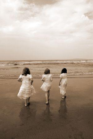 holy symbol: una imagen del momento de la primera comuni�n y la alegr�a despu�s de tres amigos de entrar en el mar para una paleta