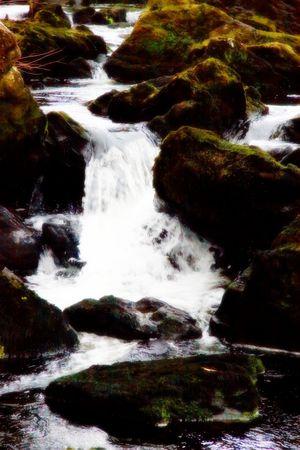 despacio: una hermosa cascada en cascada lentamente entre las rocas  Foto de archivo
