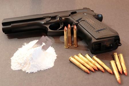 illicit: concetto di un farmaco o di affrontare la discesa noleggio pistola contro uno sfondo scuro