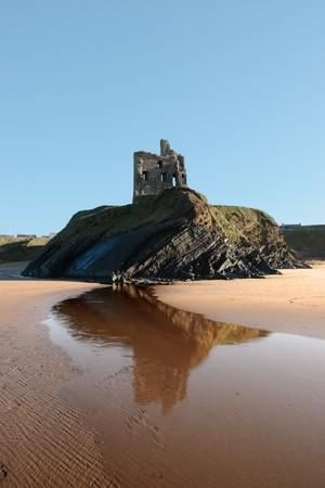 grass verge: Ballybunion castello sulle rocce della costa occidentale dell'Irlanda