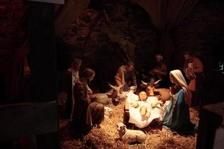 nacimiento: escena del nacimiento de Cristo en un establo Foto de archivo