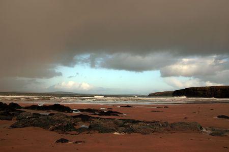 gathers: spiaggia Ballybunion come una tempesta raccoglie potere all'orizzonte