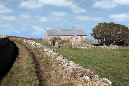 irish countryside: a derelict house in the irish countryside in county kerry ireland