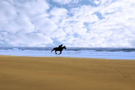 mujer en caballo: equitaci�n en la costa de playa de ballybunions en la costa oeste irelands