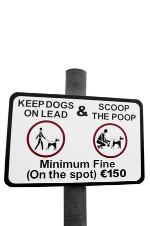 salud publica: se�al de advertencia para todos los propietarios de perros que recuerda la caca con un trazado de recorte Foto de archivo