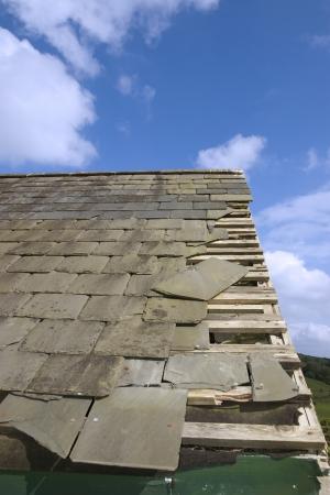 einsturz: gebrochen und gesunken Schiefer verl�sst L�cher im Dach durch Sturm oder Verfall