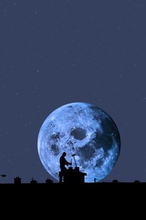 rooftop: silhouet van een schoorsteenveger aan het werk op het dak van een woonwijk met maanlicht hemel op de achtergrond