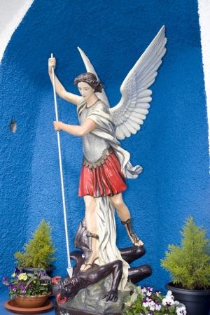 michele: una statua di San Michele che uccide il diavolo nella contea di Kerry Irlanda Archivio Fotografico