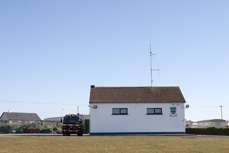 estacion de bomberos: Estaci�n de bomberos Ballybunion con cami�n de bomberos estacionado afuera Editorial