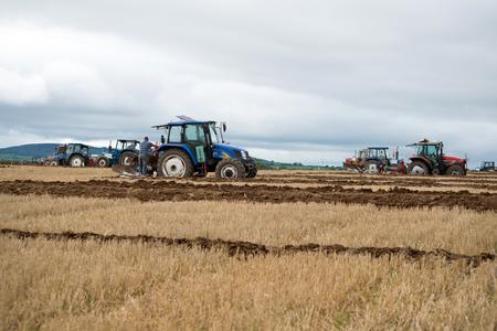 アイルランドの国民の耕す選手権で競合するトラクター 写真素材