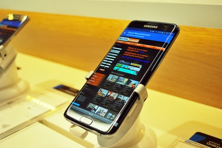 samsung: Samsung smartphone with on-screen web page real estate Grand Real Estate from Warsaw.Warsaw, Poland. 30 Juni 2016.