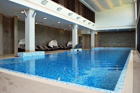 바르샤바, 폴란드. 2017 년 6 월 10 일 더블 트리 바이 힐튼 호텔 & 컨퍼런스 센터 바르샤바. 실내 수영장 럭셔리 호텔입니다. 에디토리얼