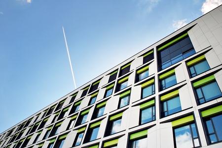 モダンな建物。ガラスのファサードを持つ近代的なオフィスビル