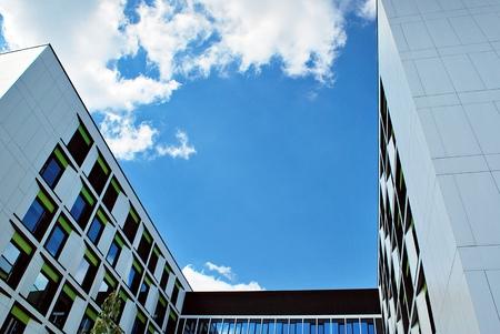 administrativo: Moderno edificio de oficinas moderno con fachada de vidrio