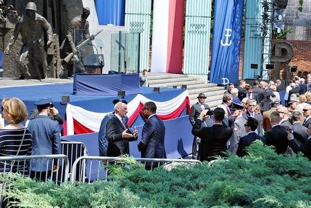 bandera de polonia: Varsovia, Polonia. Plaza de Krasinski. Esperando al Presidente Donald Trump