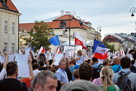 bandera de polonia: Warsaw, Poland. 24 July 2017. Protesters rally in front of the presidential palace in Warsaw. Protesters hold posters reading constitution during a demonstration in front of the presidential palace.