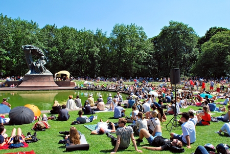 chopin heritage: Warsaw, Poland. 30 July 2017. Recitals at the foot of the monument to Chopin.The concerts, which are organized by the Royal bathrooms are extremely popular, both among tourists and residents of Warsaw.