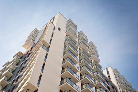 Moderno, lussuoso appartamento di costruzione contro il cielo blu Archivio Fotografico - 87477219