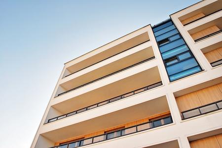 Moderne, immeuble d'appartements de luxe contre le ciel bleu