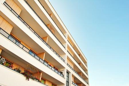 Modernes, luxuriöses Wohngebäude gegen blauen Himmel