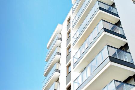 Nowoczesne budynki mieszkalne w słoneczny dzień z błękitnym niebem. Fasada nowoczesnego apartamentowca Zdjęcie Seryjne