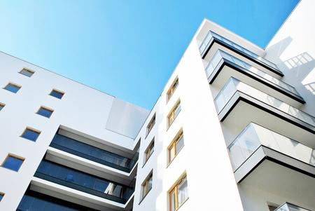Moderne flatgebouwen op een zonnige dag met een blauwe hemel. Gevel van een modern flatgebouw