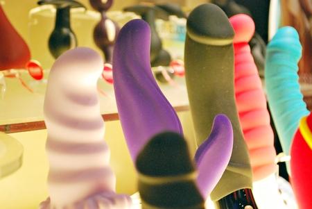 een verzameling van verschillende soorten sextoys, waaronder dildo, vibrators en buttplugs Stockfoto