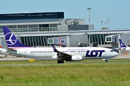 Warsaw, Poland. 28 May 2018. Warsaw Chopin Airport. Turning to apron after landing. Plane SP-LRF LOT - Polish Airlines Boeing 787-8 Dreamliner at the airport in Warsaw Redakční