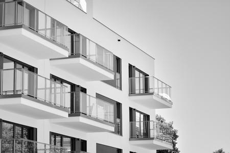 Moderne flatgebouwen. Gevel van een modern appartementengebouw. Zwart en wit.
