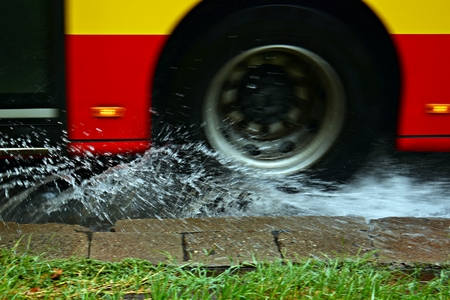 Splashes from under the heavy rain. Blurred bus. Banque d'images - 106233260