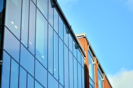 Sky reflected in a modern building glass facade 免版税图像 - 118802668