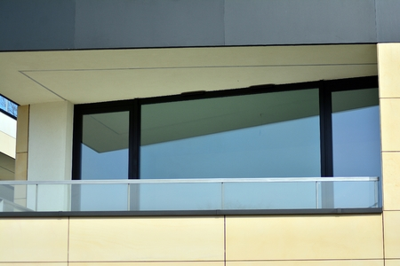 European modern residential architecture. Fragment of a modern apartment building in front. Very modern apartment house. Banque d'images