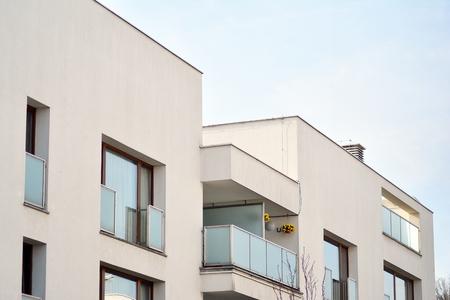 Europejska nowoczesna architektura mieszkaniowa. Na wprost fragment nowoczesnego apartamentowca. Bardzo nowoczesny apartamentowiec.
