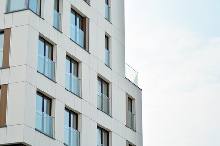 Architecture résidentielle moderne européenne. Fragment d'un immeuble moderne en face. Immeuble très moderne.