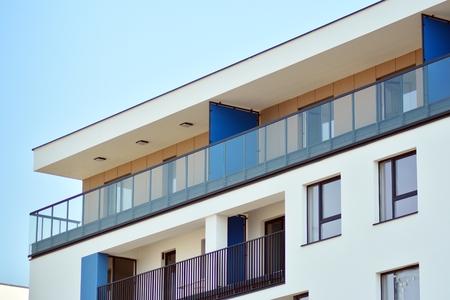 Barrio de los edificios de apartamentos residenciales europeos modernos. Arquitectura abstracta, fragmento de geometría urbana moderna.