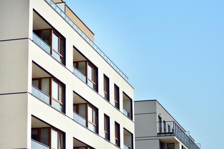 Quartiere residenziale europeo moderno delle costruzioni di appartamento. Architettura astratta, frammento di moderna geometria urbana.