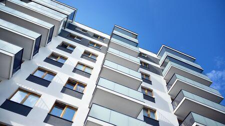 Wielopiętrowy nowy nowoczesny apartamentowiec. Stylowy blok mieszkalny.