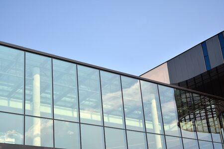 Frammento di facciata di un moderno edificio per uffici. Esterno della parete di vetro con texture astratta.