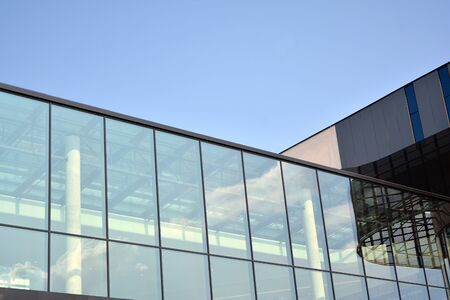 Gevelfragment van een modern kantoorgebouw. Buitenkant van glazen wand met abstracte textuur.
