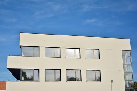 New office building in business center. Wall made of steel and glass with blue sky. Foto de archivo - 130815886