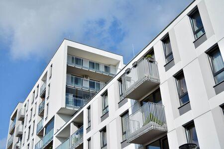 Modern luxury urban apartment building exterior with blue sky Stockfoto