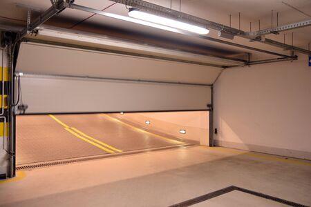 Nueva y moderna puerta automática al garaje.