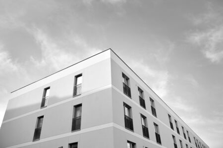 Eigentijds appartementencomplex. Generieke woonarchitectuur. Zwart en wit.