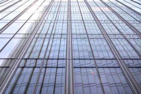 Abstrakte Ansicht eines Wolkenkratzers mit Sonnenlicht Standard-Bild