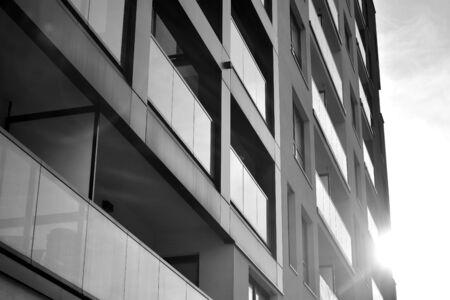 Dettaglio del moderno appartamento residenziale edificio esterno. Frammento di nuova casa di lusso e complesso domestico. Bianco e nero.