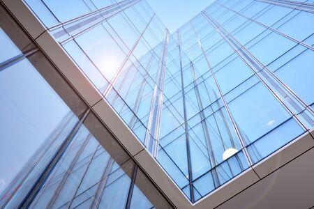 Imagen abstracta de mirar hacia arriba en el moderno edificio de hormigón y vidrio. Detalle arquitectónico exterior del edificio de oficinas. Foto de archivo